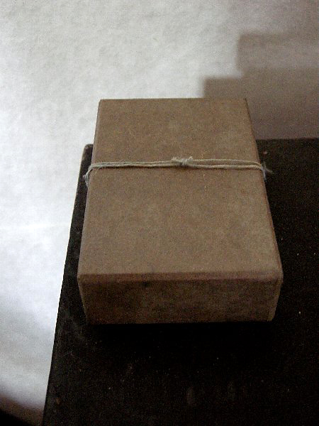 京都黒谷和紙の職人、ハタノワタルさんの手漉き和紙を弊社で「貼箱」に作り、その上からハタノさんが柿渋を手塗りした名刺入れ用の貼箱