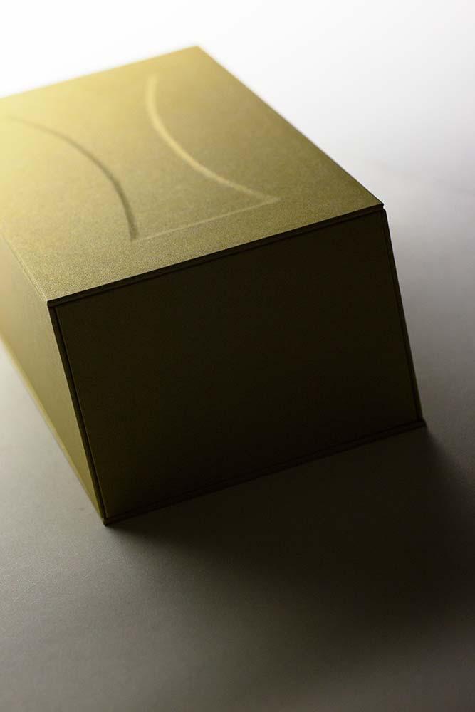 常識にとらわれないクリエイティブなパッケージ、超エンボスな貼り箱
