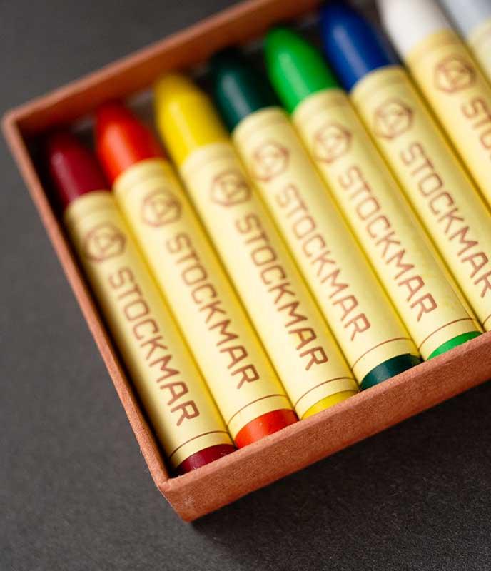 柿渋染めの手漉き和紙で作られtた蜜ろうクレヨンの貼り箱、パッケージ