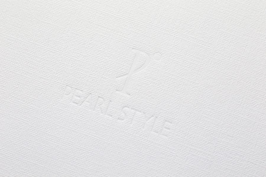 白・箔。白い紙に白の箔押し。一見目立ちませんが、お洒落な雰囲気です。