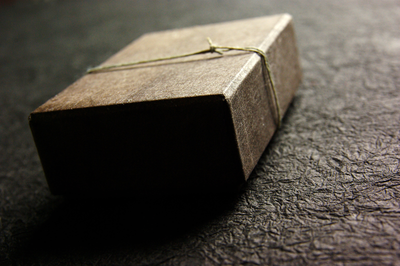 創る和紙職人ハタノワタル氏とのコラボ貼箱、CMFデザイン