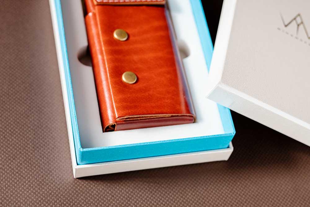ミニマルな革製財布のパッケージ、商品の企画開発とパッケージは同時進行、貼り箱、化粧箱、インロー式
