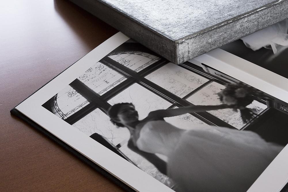 """""""モノクロだけで構成された一冊のアート集"""" の貼箱、CMFデザインパッケージ"""