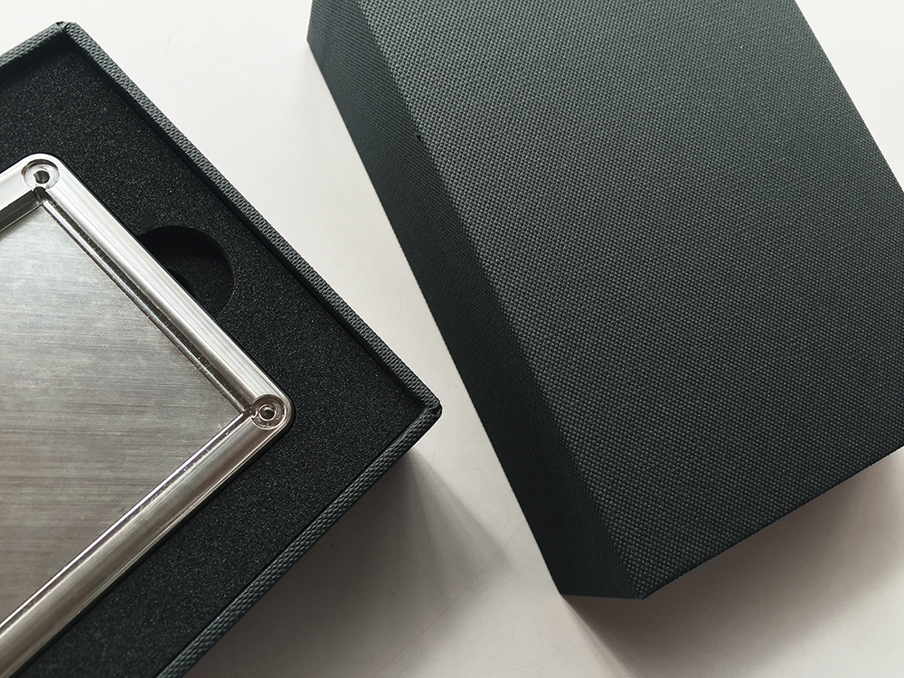 金属加工サンプルも化粧箱に入ればブランドになる。貼箱、パッケージ、BtoB、B2B