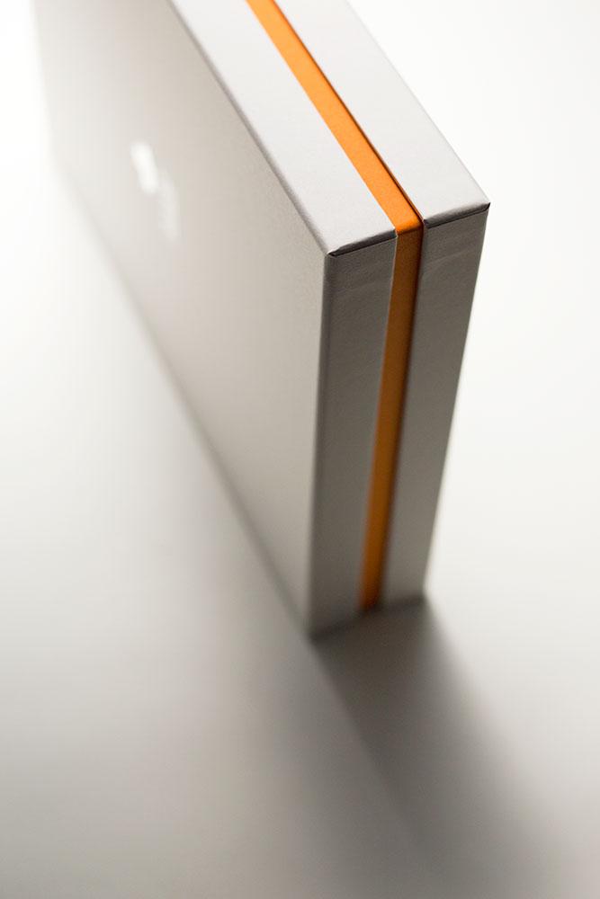 人の思いを届けるパッケージ、インロー式貼り箱スリット入